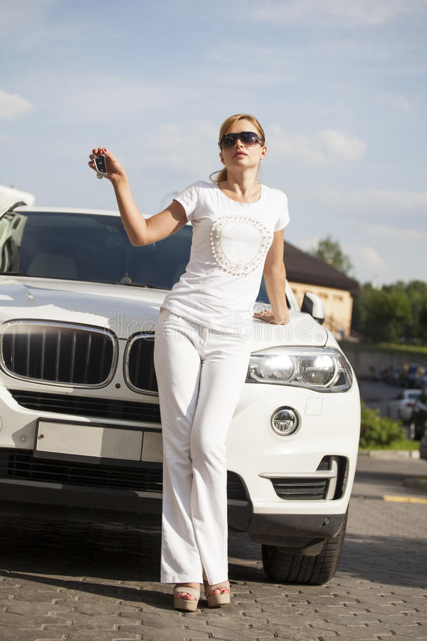 Schöne junge Blondine mit Autoschlüssel lizenzfreie stockfotografie