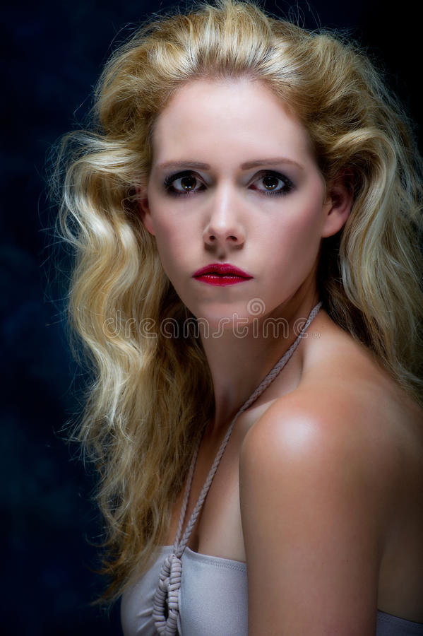 Schöne junge blone Frau stockbild