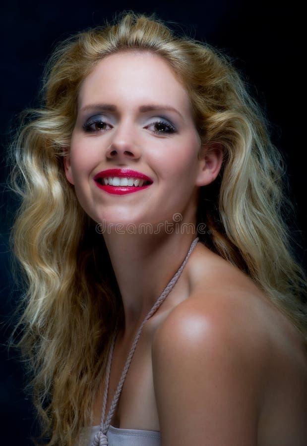 Schöne junge blone Frau lizenzfreie stockbilder