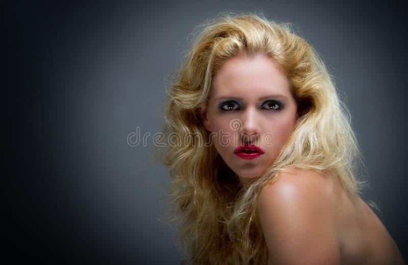 Schöne junge blone Frau lizenzfreies stockfoto