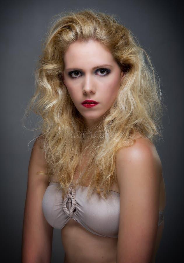 Schöne junge blone Frau lizenzfreies stockbild