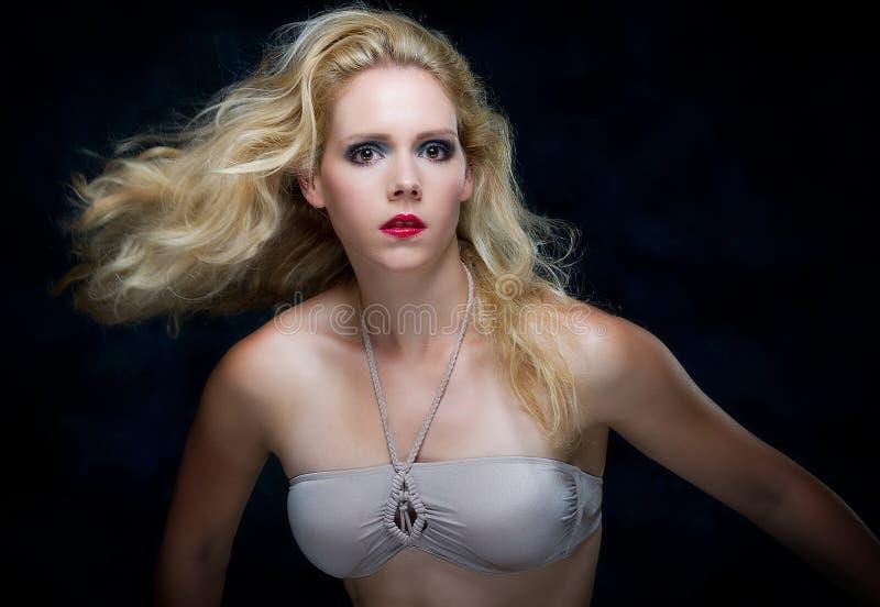 Schöne junge blone Frau stockfoto