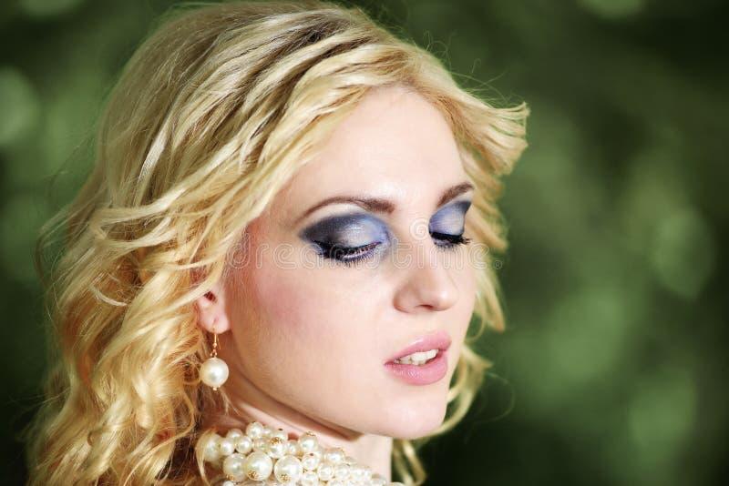 Schöne junge Braut des Porträts im weißen Kleid im Sommergrünpark stockbilder
