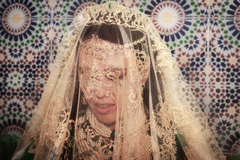 Schöne junge Braut in einer traditionall Marokkanerkleidung lizenzfreies stockfoto