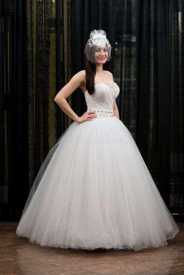 Schöne junge Braut im Hochzeits-Kleid stockbilder