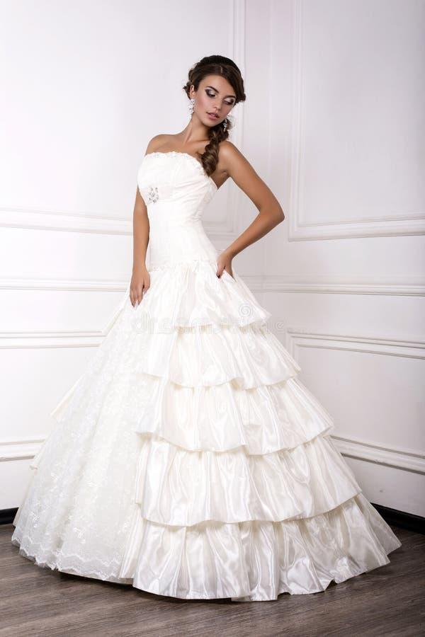 Schöne Junge Braut Im Hochzeitskleid, Das Am Studio Aufwirft ...