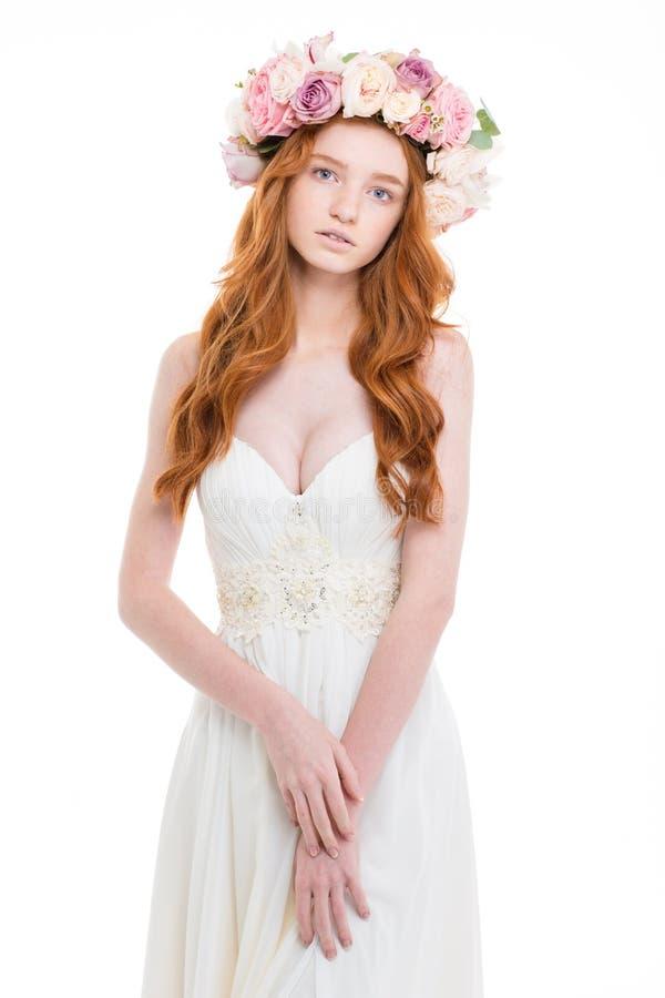Schöne junge Braut im Hochzeitskleid und Blume winden lizenzfreie stockfotos