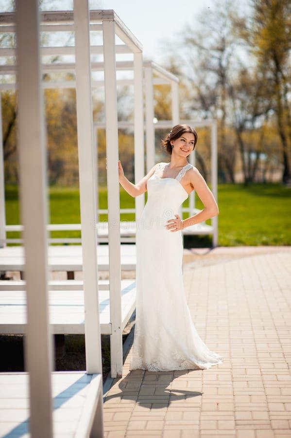 Schöne junge Braut im Luxushochzeitskleid lizenzfreie stockfotos