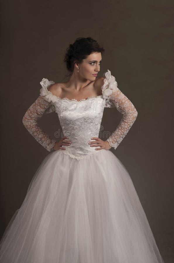 Schöne junge Braut im weißen Hochzeitskleid stockbild