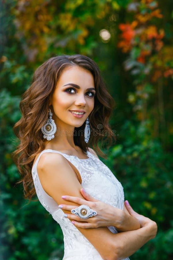 Schöne junge Braut mit dem langen gelockten Haar lizenzfreie stockfotografie