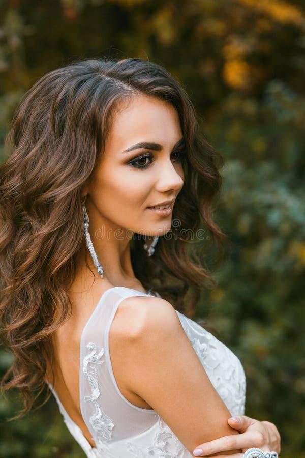 Schöne junge Braut mit dem langen gelockten Haar lizenzfreies stockfoto