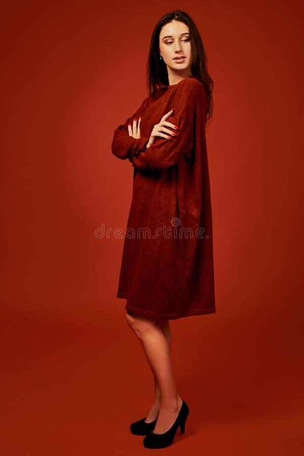 Schöne junge brunette Frau in nettem Sommer boho Kleid, werfend in einem Studio auf Modefrühlings-Sommerfoto lizenzfreies stockfoto