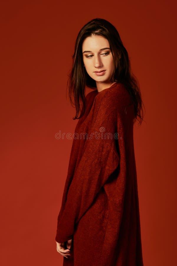 Schöne junge brunette Frau in nettem Sommer boho Kleid, werfend in einem Studio auf Modefrühlings-Sommerfoto stockbild