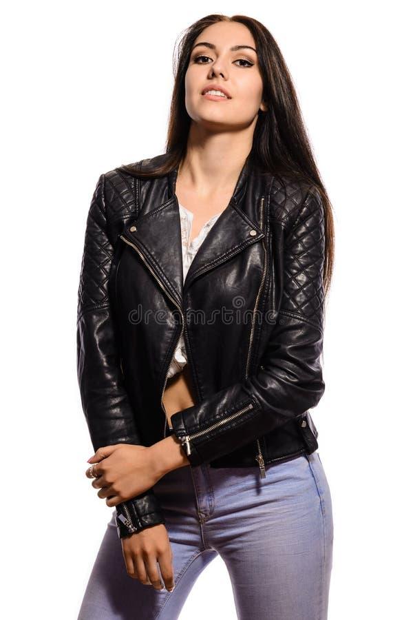 Schöne junge Brunettefrau in der schwarzen Lederjacke lizenzfreies stockfoto