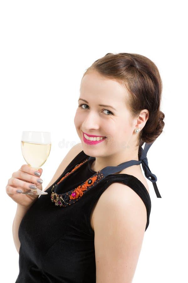 Schöne junge Brunettefrau, die ein Glas Weißwein hält lizenzfreie stockbilder