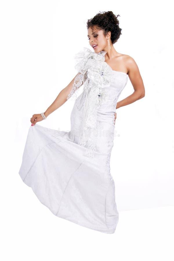 Schöne Junge Brunettefrau In Einem Weißen Kleid Stockbild ...