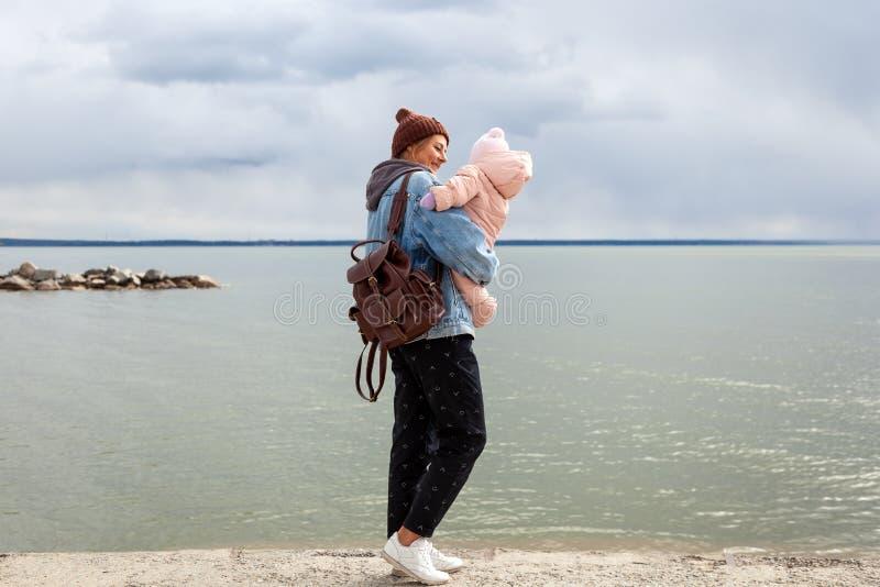 Schöne junge Brunettefrau mit Baby lizenzfreies stockfoto