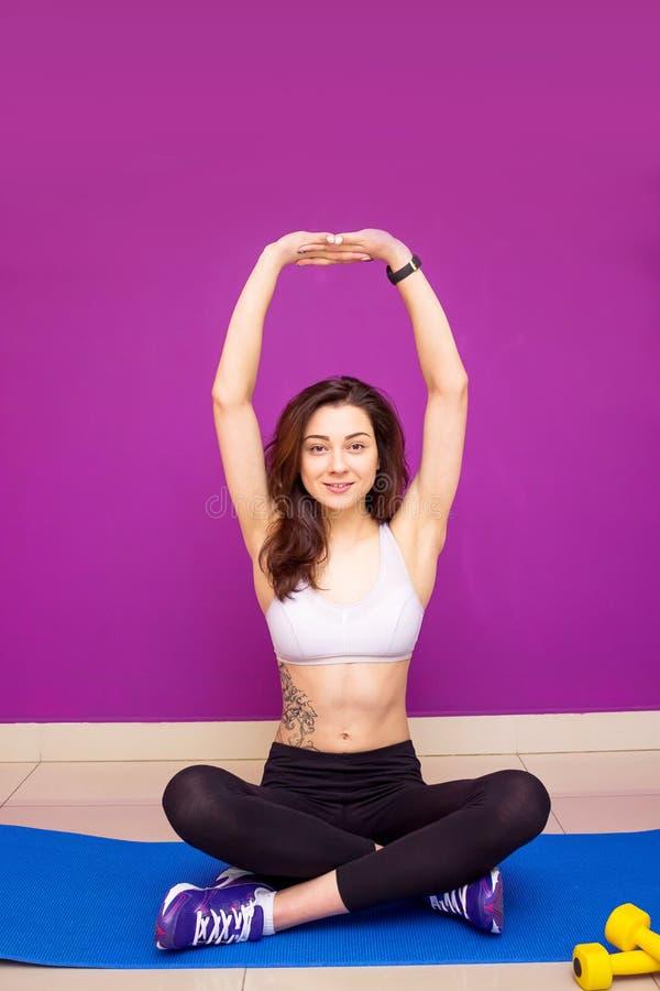 Schöne Junge Brunettefrau, Welche Die Muskeln Ihrer Arme Und BAC ...