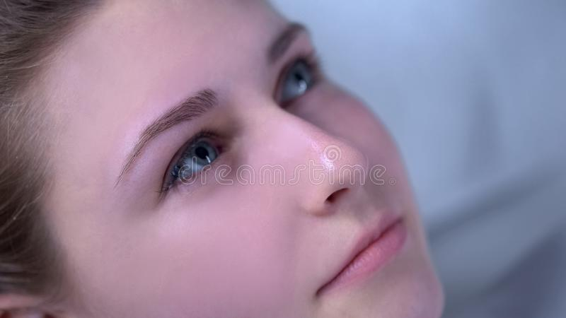 Schöne junge Dame, die Ergebnis nach Verfahren der Wimpererweiterungsschönheit genießt stockbild