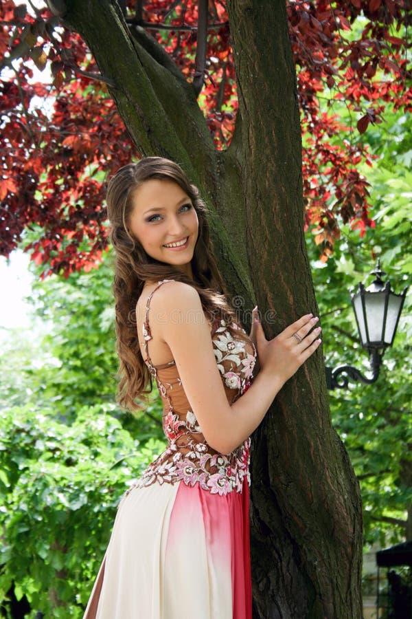 Schöne junge Dame im Park stockbild