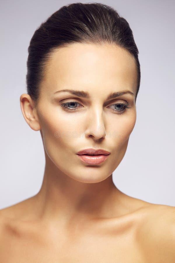 Schöne junge Dame mit natürlichem Make-up stockfoto