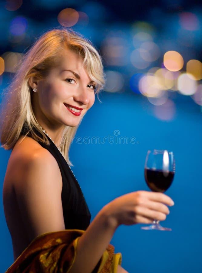 Schöne junge Dame trinkt Wein stockbild