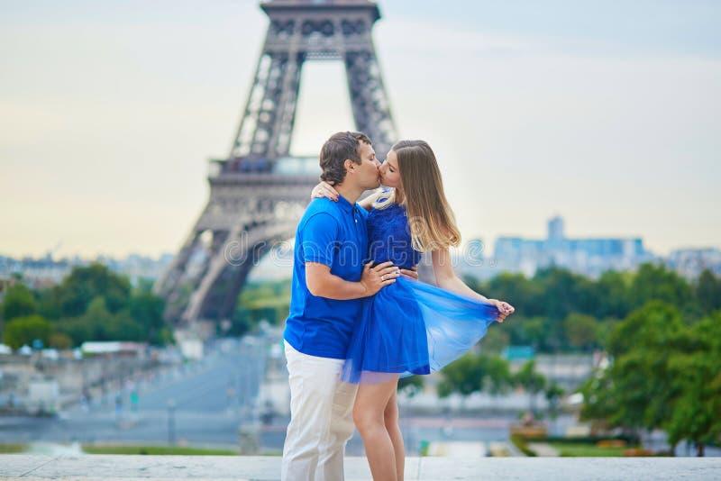 Schöne junge Datierungspaare in Paris lizenzfreie stockfotografie