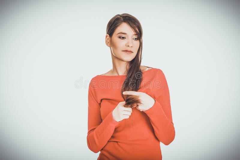 Schöne junge durchdachte Studentenfrau stockfotografie