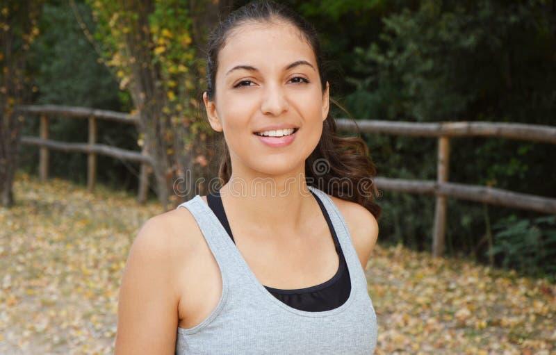 Schöne junge Eignungsfrau, die in den Park läuft Lächelndes Mädchen, das draußen ausbildet stockbild