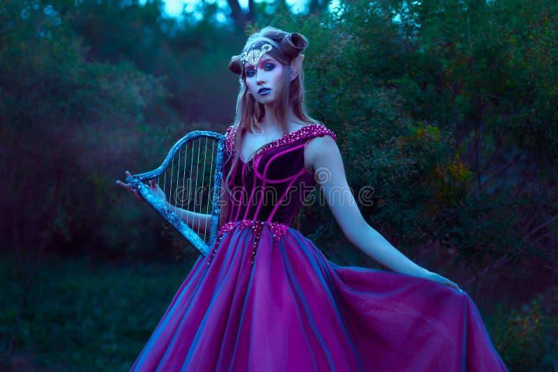 Schöne junge Elfenfrau stockfotografie