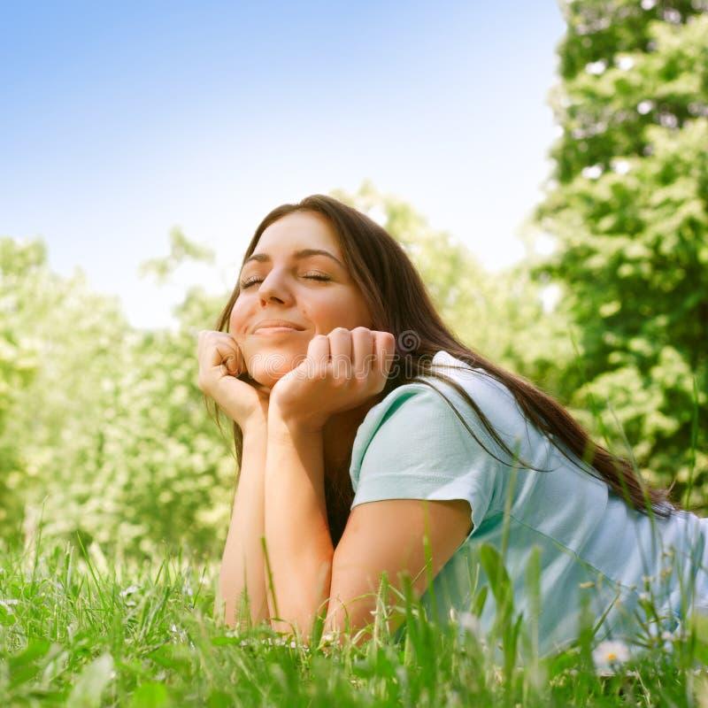 Schöne junge entspannende Frau lizenzfreie stockfotografie
