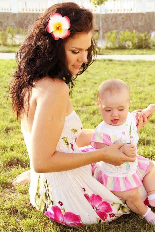 Schöne junge entspannende Muttertochter stockfotografie