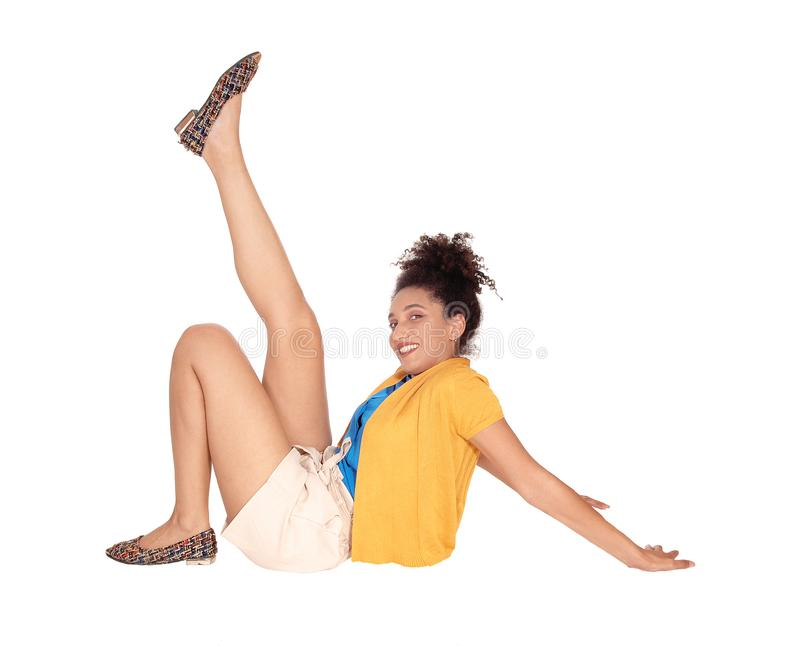 Schöne junge ethnisch gemischte Frau, die auf Boden sitzt stockbild