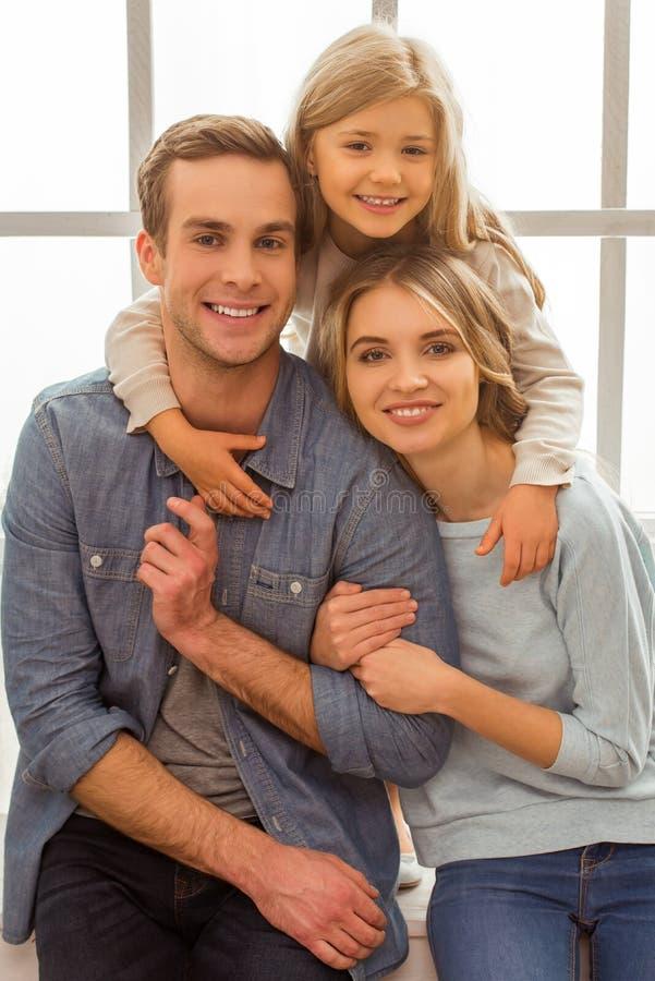 Schöne junge Familie lizenzfreies stockfoto