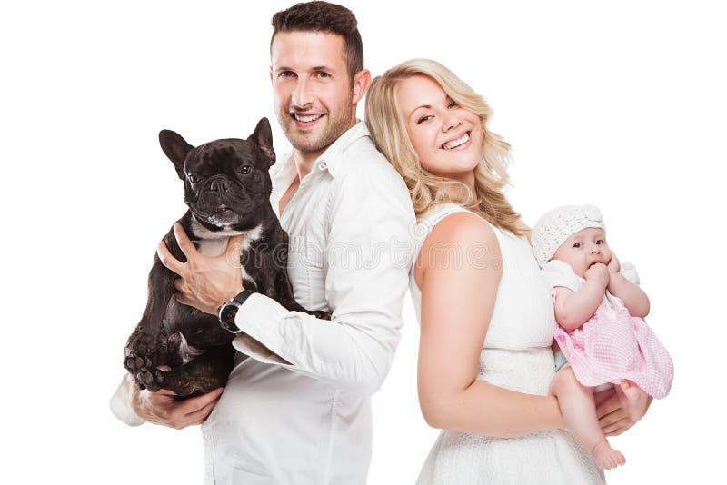 Schöne junge Familie mit kleinem Baby und Hund lizenzfreie stockfotografie