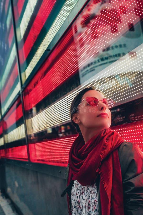 Schöne junge Frau lizenzfreies stockfoto