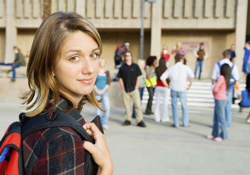 Schöne junge Frau auf College-Campus stockfotos