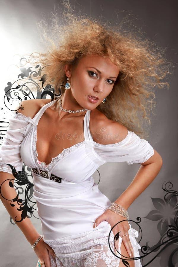 Schöne junge Frau auf einem schwarzen Hintergrund lizenzfreie stockfotografie