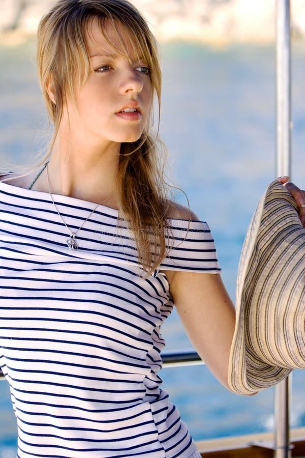 Schöne junge Frau auf einer Bootsreise lizenzfreies stockfoto