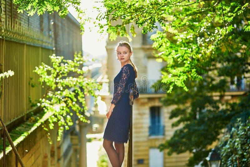 Schöne junge Frau auf einer Straße von Paris stockbilder