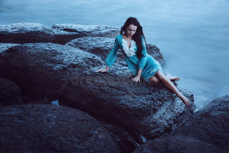 Schöne junge Frau auf Meer lizenzfreie stockfotos