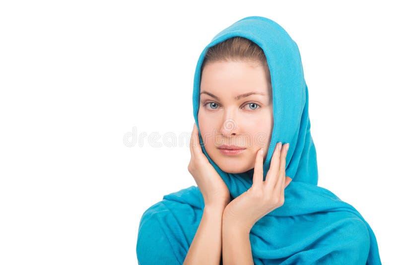 Schöne junge Frau auf weißem Hintergrund in einem Kopftuch lizenzfreies stockbild