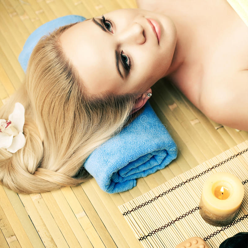 Schöne junge Frau am Badekurortsalon stockbilder