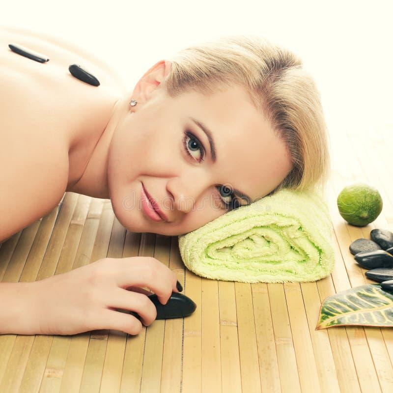 Schöne junge Frau am Badekurortsalon Vollkommene Haut Skincare lizenzfreie stockbilder