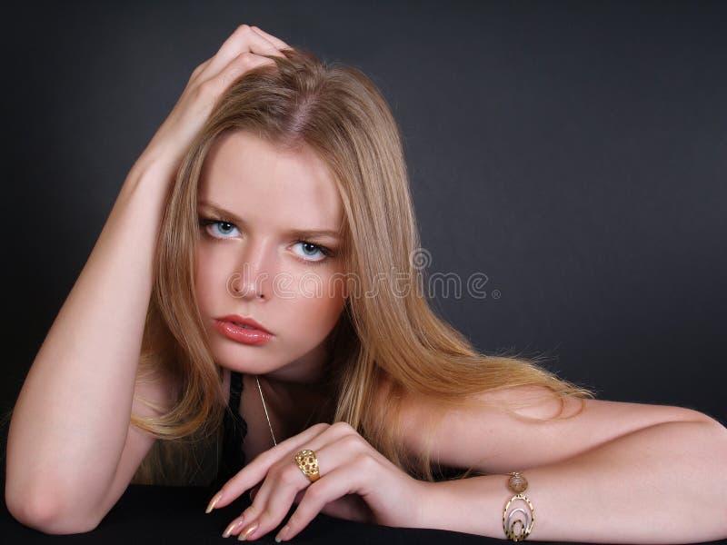 Schöne junge Frau in den blauen Augen stockfotografie
