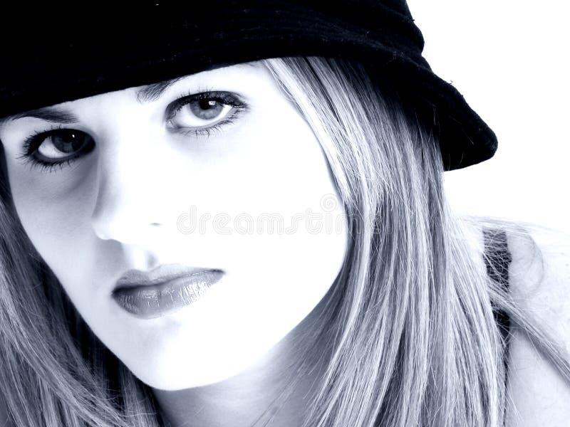 Schöne junge Frau in den blauen Tönen lizenzfreie stockfotos