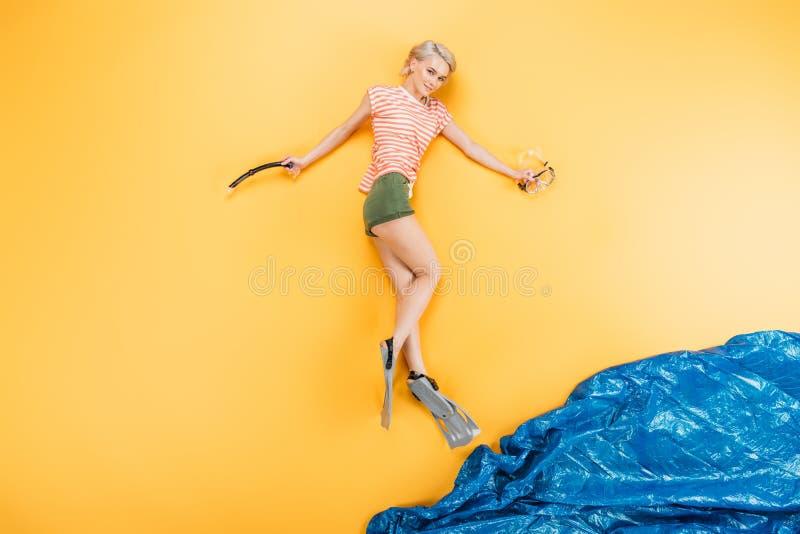 schöne junge Frau in den Flippern lächelnd an der Kamera, beim an liegen Strand sich vorstellen Sie stockfotos