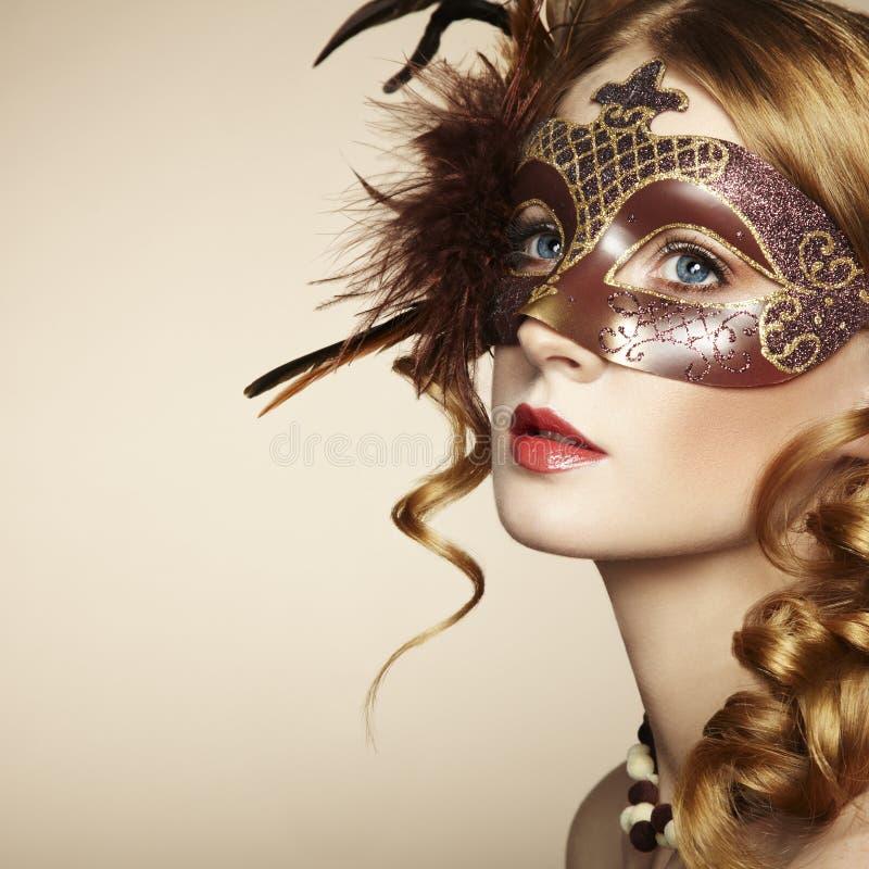 Schöne junge Frau in der braunen venetianischen Schablone stockfotografie