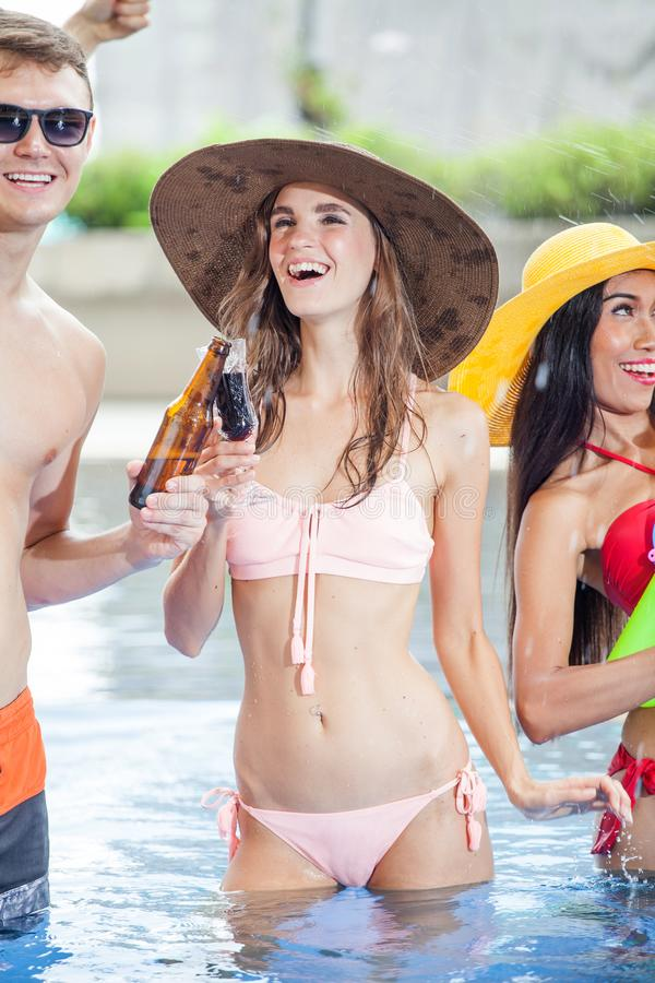 Schöne junge Frau in der Gruppe Freunden, die Partei im PO machen lizenzfreies stockfoto