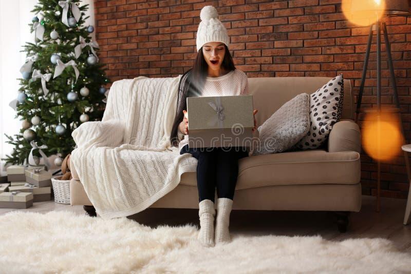 Schöne junge Frau in der Hutöffnungsgeschenkbox lizenzfreie stockfotos